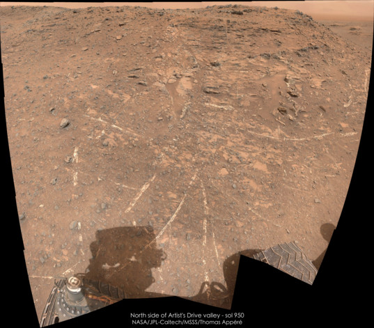 Vein-rich outcrop on the north side of Artists' Drive, Curiosity sol 950