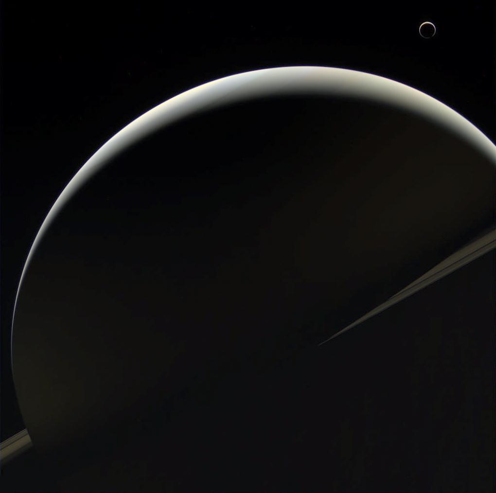 Saturne et Titan côté nuit photographiés par Cassini