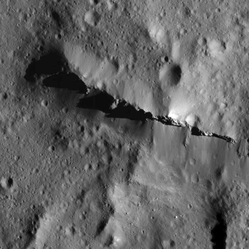 Ridge at the center of Urvara Crater