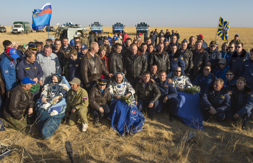 Expedition 40 crew with recovery forces