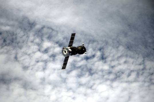 Soyuz TMA-16M closes in