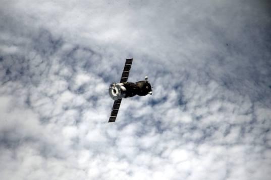 Soyuz TMA-16M closes in