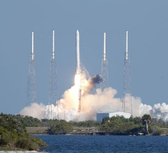 SpaceX Dragon/Falcon 9 liftoff /></t:if><t:else><img src=