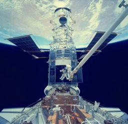 Astronauts enter Hubble