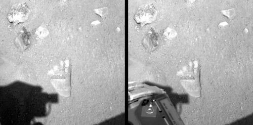 Crossed-eye stero image of the first imprint of Phoenix' arm on the soil -- Yeti