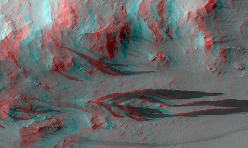 Slope streaks in Pettit crater