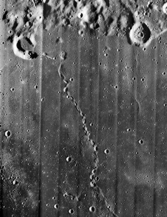 Discontinuous rille on the Moon
