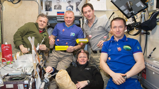 Expedition 50 crew enjoys a snack