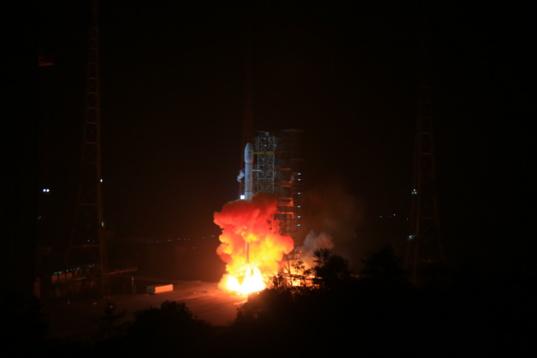 Chang'e 3 launches toward the Moon