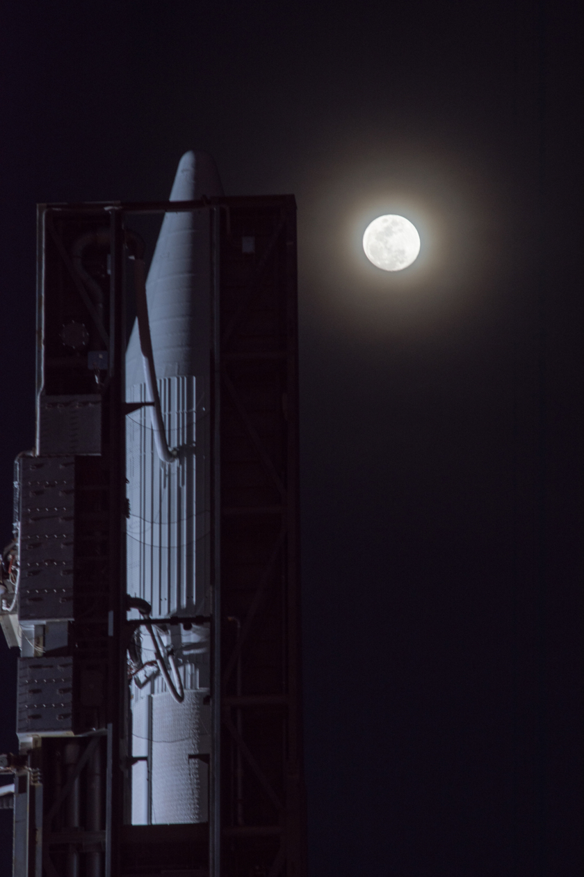 Atlas V and the Moon before Orbital ATK Cygnus CRS-6 launch