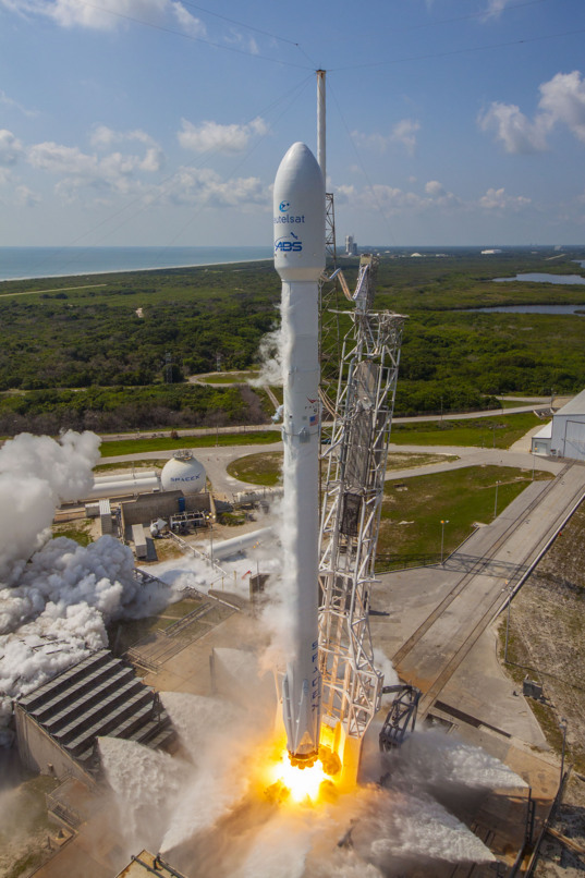 Falcon 9 Eutelsat/ABS liftoff (tall)