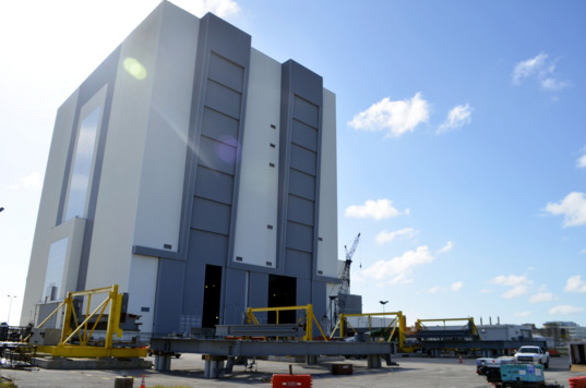 Vehicle Assembly Building with SLS platforms
