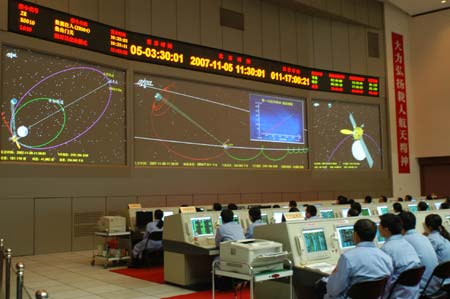 Chang'e 1 enters lunar orbit